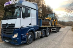 Thelwell-Mercedes-Actros-loaded-with-JCB-Digger
